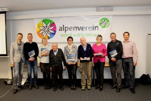 Obmann Harald Ringer (li.) und sein Stv. Peter Eberharter (re.) zeichneten mehrere Mitglieder für langjährige Mitgliedschaft aus, so auch Hans Kerer (4.v.re.) Foto: Wilhlem Maier
