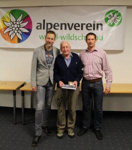 Hans Kerer (mitte) wird für 70 Jahre Mitgliedschaft von Obmann Harald Ringer (li.) und Peter Eberharter (re.) ausgezeichnet. Foto: Wilhelm Maier