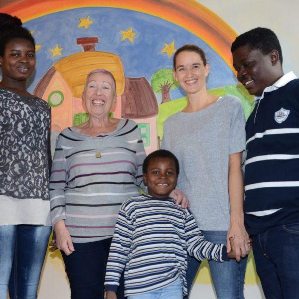 Die kleine Mary mit ihrer Mutter Abigail, Elisabeth Cerwenka, ihrem Vertrauten Samuel und Kindergarten-Leiterin Verena Puchleitner. Foto: Nageler