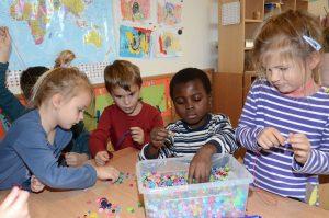 Mary genießt den Kontakt mit den anderen Buben und Mädchen. Bis zu ihrer Abreise kann sie den Kindergarten in Mariastein besuchen. Foto: Hermann Nageler.