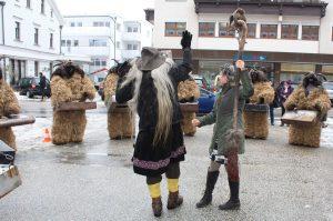 Auftritt Wörgler Perchten beim Wörgler Stadtamt am 5.12.2017. Foto: Veronika Spielbichler