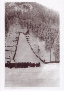Die große Sprungschanze wurde im Herbst 1932 im Rahmen des Freigeld-Bauprogrammes errichtet und im Februar 1933 feierlich eröffnet. Foto: Unterguggenberger Institut