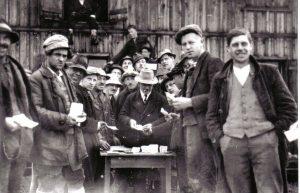 Johann Fuchs bei der Lohnauszahlung an Arbeiter des Freigeld-Bauprogrammes. Foto: Unterguggenberger Institut