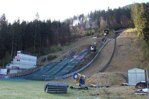 Das Wörgler Sprungzentrum heute - die mit Freigeld errichtete 90-m-Schanze (rechte Spur) ist nicht mehr in Betrieb. Foto: Spielbichler