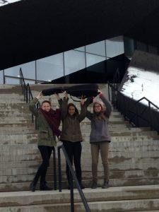 Die drei Wörgler Gitarristinnen beim Festspielhaus in Erl. Foto: Alexandra Pezzei