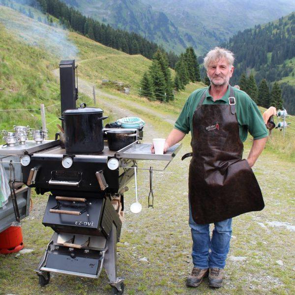 Herbert Gwercher mit einem seiner Simonson-Griller. Foto: Veronika Spielbichler
