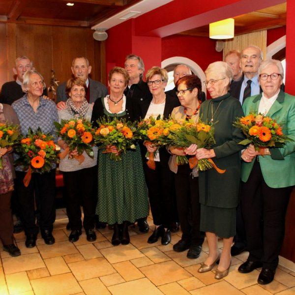 Die acht Jubelpaare mit BH Christoph Platzgummer (li.) und Bgm. Hedi Wechner (re.).Foto: Wilhelm Maier