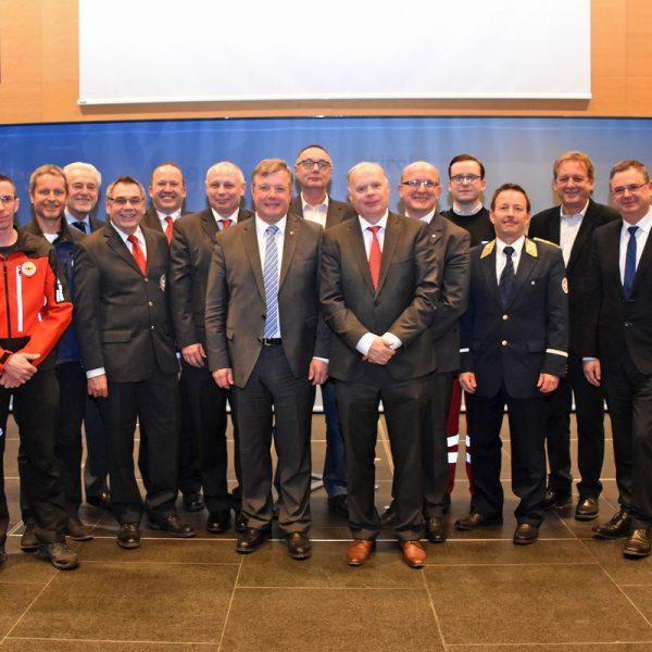 LR Bernhard Tilg und Werner Salzburger, Obmann der TGKK (Mitte), mit Vertretern der Tiroler Rettungsorganisationen und Ehrengästen beim Tag der Rettung im Landhaus. © Land Tirol/Sidon