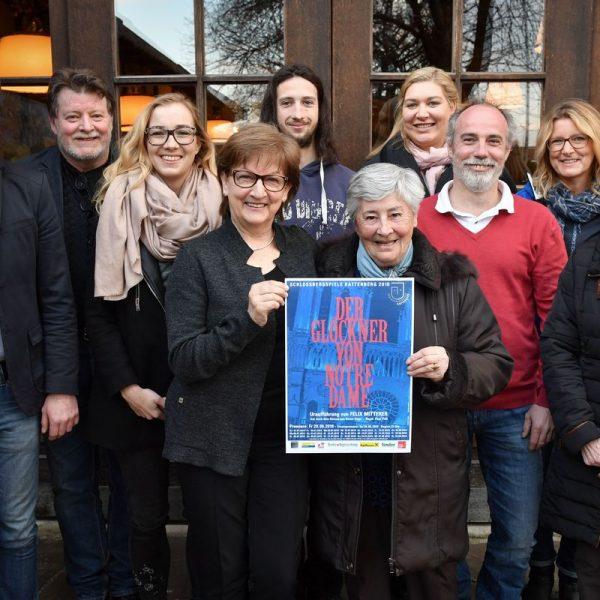BGM Bernhard Freiberger (links) mit Obfrau Claudia Lugger (Mitte) und dem Vorstand der Schlossbergspiele Rattenberg. Foto: Mag. Gabriele Grießenböck