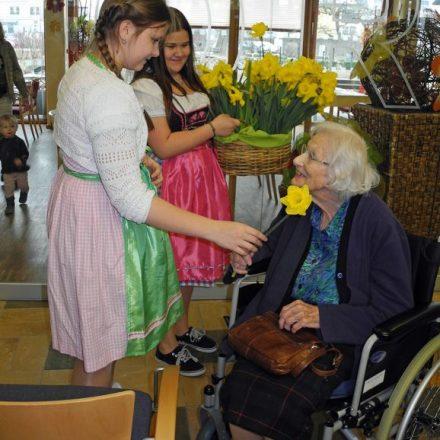 Blumen für die Damen - beim Freiwilligentag verteilt von Schülerinnen des BRG Wörgl. Foto: Ehrenamtskoordination Wörgl