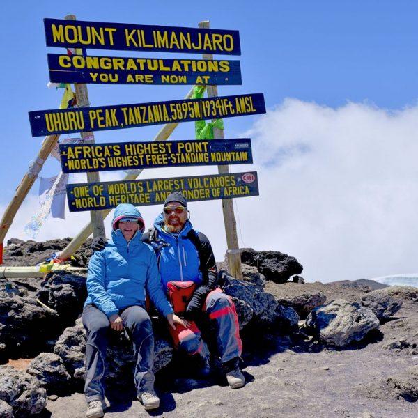 Conny und Norbert Mair am Gipfel des Kilimandscharo. Foto: privat