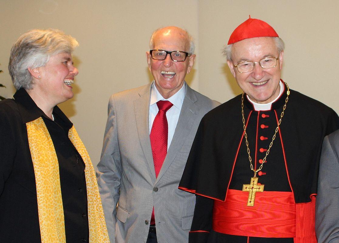 Gustl Schwarzmann war von 1971 bis 2004 Leiter des Wörgler Tagungshauses - hier im Bild bei der Einweihung des Umbaues 2012 mit der jetzigen Tagungshausleiterin Dr. Edith Bertel und Erzbischof Dr. Alois Kothgasser. Foto: Veronika Spielbichler