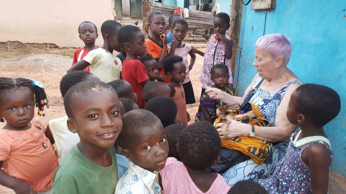 Bei ihren Besuchen in Ntronang wird die Wörglerin von den Kindern im Dorf regelrecht bestürmt. Foto: Cerwenka