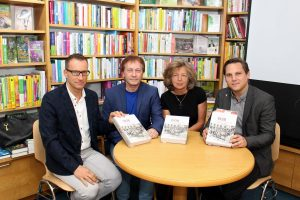 Bei der Buchpräsentation v.l. Buchhändler Thomas Zangerl, Horst Schreiber, Gisela Hormayr und Nationalrat Christian Kovacevic. Foto: Wilhelm Maier