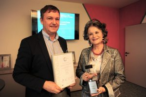 """Freuen sich über den """"Energiewende Award"""": Direktor Reinhard Jennewein und Bürgermeisterin Hedi Wechner. Foto: Hubert Berger"""