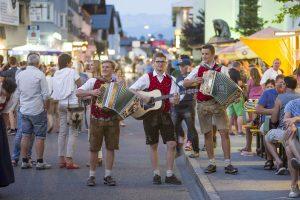 """Am 18. August 2018 heißt es bei den Wirten entlang der Bundesstraße in Wörgl wieder feiern beim Fest """"Über die Gassn"""". Foto: Hannes Dabernig"""