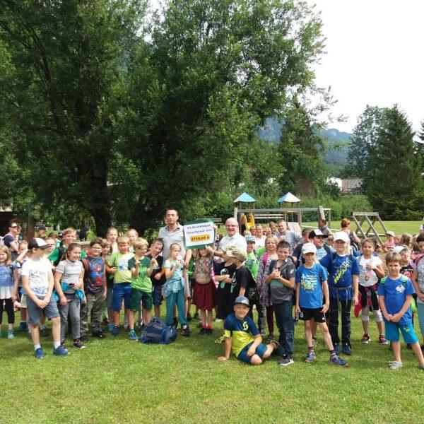 Bei der Schulschlusswallfahrt nach Mariastein wurde der Spendenbetrag vom Laufwunder 2018 in Höhe von 2.710 Euro an Wörgls Stadtpfarrer Theo Mairhofer übergeben. Foto: VS Bruckhäusl