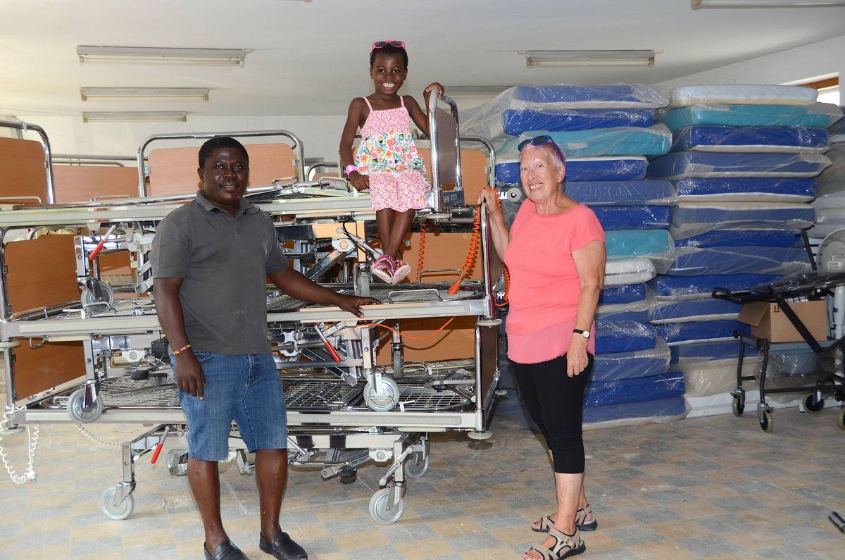 Elisabeth Cerwenka (im Bild mit Mary und ihrem Begleiter Samuel) wird demnächst unter anderem 39 Betten nach Ghana schicken, die das Krankenhaus St. Johann zur Verfügung gestellt hat. Foto: Nageler