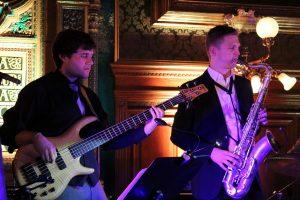 """Die beiden Wörgler Peter Pitterl und Christian Lamm (v.l.) sind Teil der neuen Jazz-Formation """"TWO FIVE"""", die ihr Debüt am 2. September 2018 beim Jazz-Brunch in der Zone Wörgl gibt. Foto: Veronika Spielbichler"""