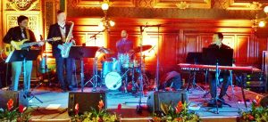 Noch in anderer Besetzung beim Tiroler Ball in Wien von links: Peter Pitterl am E-Bass, Christian Lamm am Saxophon, anstelle von Christoph Weiss wird Christoph Pfister am Schlagzeug sein, und Florian Reider am Piano. Foto: Florian Pitterl
