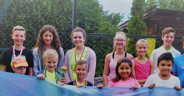Die Preisträger der Wörgler Jugendstadtmeisterschaften im Tennis mit Jugendwart Petra Gratt (rechts). Foto: TC Wörgl