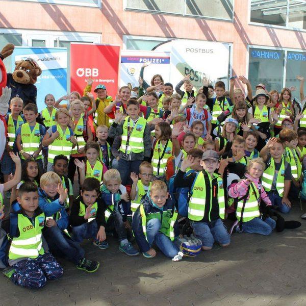 Rund 80 Kinder der Volksschule Bruckhäusl verbrachten einen Schultag am Innsbrucker Hauptbahnhof. Foto: Klimabündnis Tirol