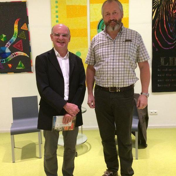 Stadtpfarrer Mag. Theo Mairhofer und Bestatter Walter Linser. Foto: Tagungshaus