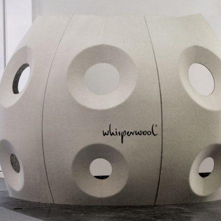 Whisperwool lässt sich falten, biegen, knicken, bedrucken, CAD-Schneiden, bemalen, durchleuchten, durchschallen, hinterleuchten… Foto: www.whisperwool.at