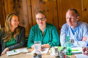 Die neue Grüne Bezirkssprecherin Iris Kahn (Mitte) mit der bisherigen Bezirkssprecherin Nicole Schreyer und LA Georg Kaltschmid. Foto: Sebastian Müller