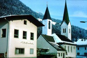 Zwei Kirchtürme in Bruckhäusl - das gab´s während der Bauphase der Holzmeister-Kirche von Herbst 1978 bis Sommer 1979. Foto: Ulrich Reichsöllner