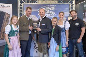 CD-Überreichung an Peter Kostner vom ORF Tirol (2. von links) im Beisein von Zwoarahaus-Records-Inhaber Andreas Winderl (rechts). Foto: Wolfgang Alberty
