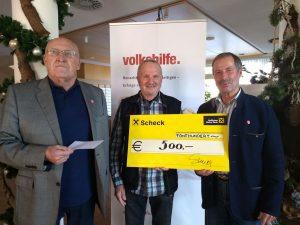 Bei der Spendenübergabe v.l. Peter Valeruz, Hans Schwaiger und Johannes Lanner. Foto: Volkshilfe Tirol