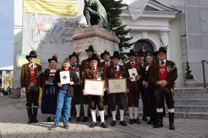 Die verdienten Mitglieder vor dem Wörgler Reara. Foto: Stadt Wörgl