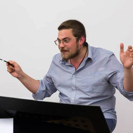 """Der Wörgler Komponist und Dirigent ist musikalischer Leiter der Opernproduktion """"Stillhang"""", die am 28. Dezember 2018 im Festspielhaus Erl uraufgeführt wird. Foto: Stillhang GmbH"""
