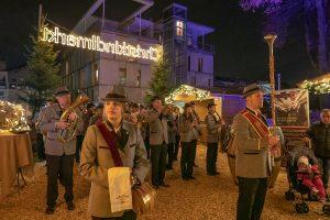 Die Stadtmusikkapelle Wörgl zog zur Eröffnung des Christkindlmarktes ein. Foto: Stefan Ringler