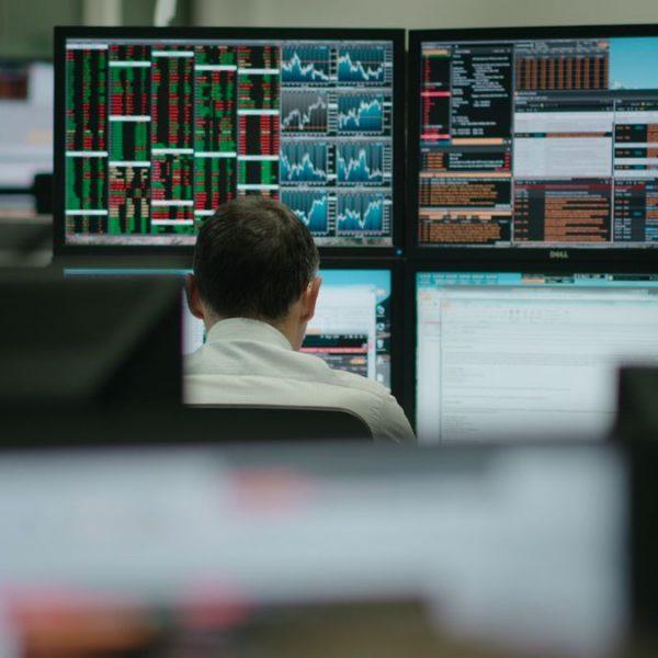 """Wie endet der Kapitalismus? Sind wir tatsächlich bereit, ihm alles zu opfern? Diese Frage stellt die Doku """"System Error"""". Foto: www.systemerror-film.de"""