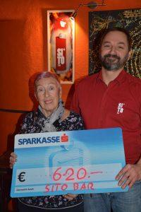 """Spendenübergabe Sito-Bar Wörgl für """"Grenzenlos helfen"""" am 13.12.2018. Foto: Veronika Spielbichler"""