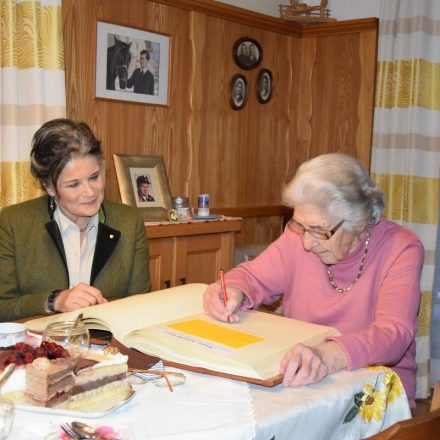 Freute sich über die besondere Ehre: Die Wörgler Mundartdichterin Anna Hausberger, links Bgm. Hedi Wechner. Foto: Stadtgemeinde Wörgl