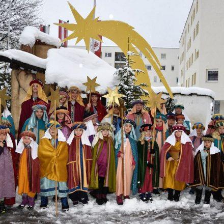 """Nach dem Dreikönigs-Gottesdienst am 6.1.2019 in Wörgl versammelten sich zahlreiche """"kleine Könige"""" im Kirchhof fürs Gruppenfoto. Foto: Heinz Werlberger"""