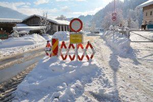 Straßensperre in Wörgl Weiler-Haus aufgrund der Schneesituation im Jänner 2019. Foto: Veronika Spielbichler