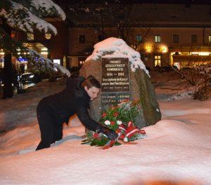 NR Christian Kovacevic bei der Kranzniederlegung am Denkmal für die Opfer des Faschischmus. Foto: Stadtgemeinde Wörgl