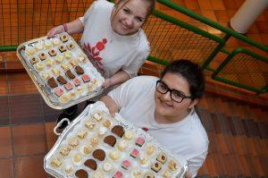 """Die Schülerinnen der BFW servierten ein """"Flying-Büffet"""" mit süßen Köstlichkeiten. Foto: BFW Wörgl"""