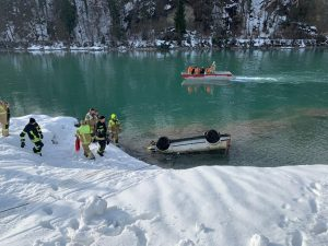 Wasserrettung und Feuerwehr bargen das Autowrack aus dem Inn. Foto: Wilhelm Maier