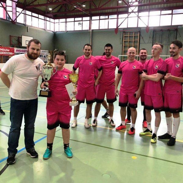 Der sportliche Leiter Bujar Miftari (li.) bei der Pokalübergabe an den siegreichen FC Behar Kufstein. Foto:Wilhelm Maier