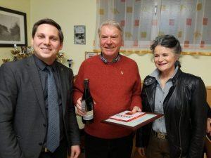 NR Kovacevic und Bgm. Wechner danken Ing. Andreas Obitzhofer (Bildmitte) für 50 Jahre Parteimitgliedschaft. (Bild: © SPÖ Wörgl)