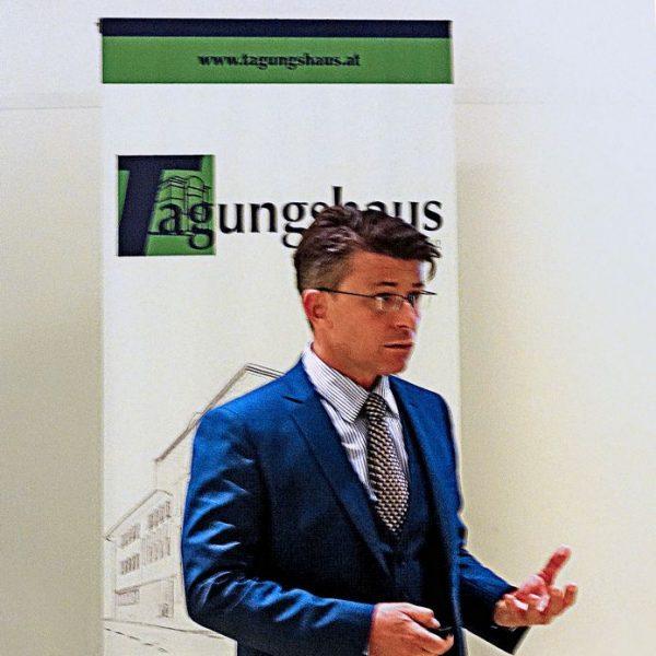 Der Politologe Univ.Prof. Dr. Gerhard Mangott beim Vortrag im Tagungshaus Wörgl. Foto: Tagungshaus