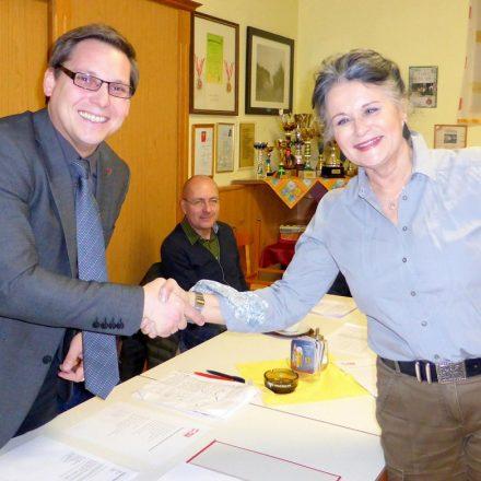 Wörgls Bürgermeisterin Hedi Wechner gratuliert dem einstimmig wiedergewählten SPÖ-Vorsitzenden Christian Kovacevic. (Bild: © Florian Haun)
