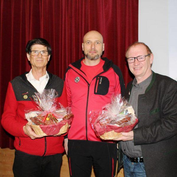 GR Andreas Schmidt, OSTL. Dietmar Aichhorn, Ehrenmitglied Sepp Malleier. Schmidt und Malleier wurden mit einem Geschenk bedacht. Foto: Wilhelm Maier