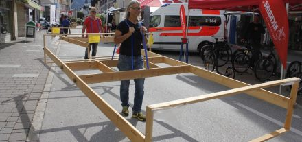 """""""Gehzeug"""" im Einsatz am Autofreien Tag 2015 in der Wörgler Bahnhofstraße. Foto: Veronika Spielbichler"""