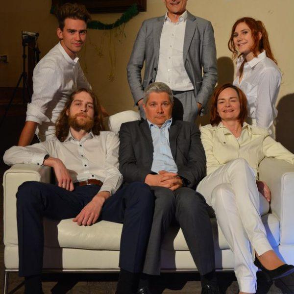 """Das Ensemble der bissigen Satire """"Die Firma dankt!"""" mit Regisseur Thomas Kraft. Foto: Veronika Spielbichler"""